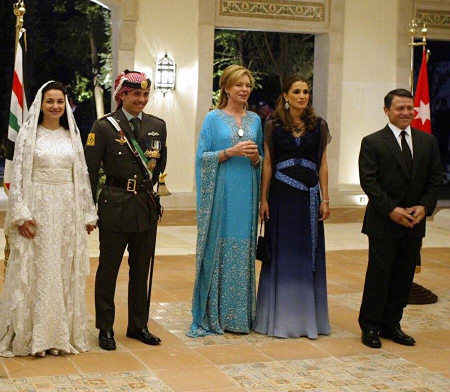 Prens Hamza'nın düğün töreni. Sağda Kral Abdullah, yanında eşi ve ortada annesi.