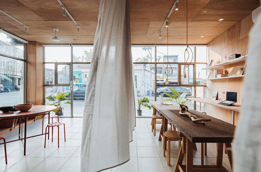 Projenin duvar ve tavanında ahşap kaplama tercih ediliyor.