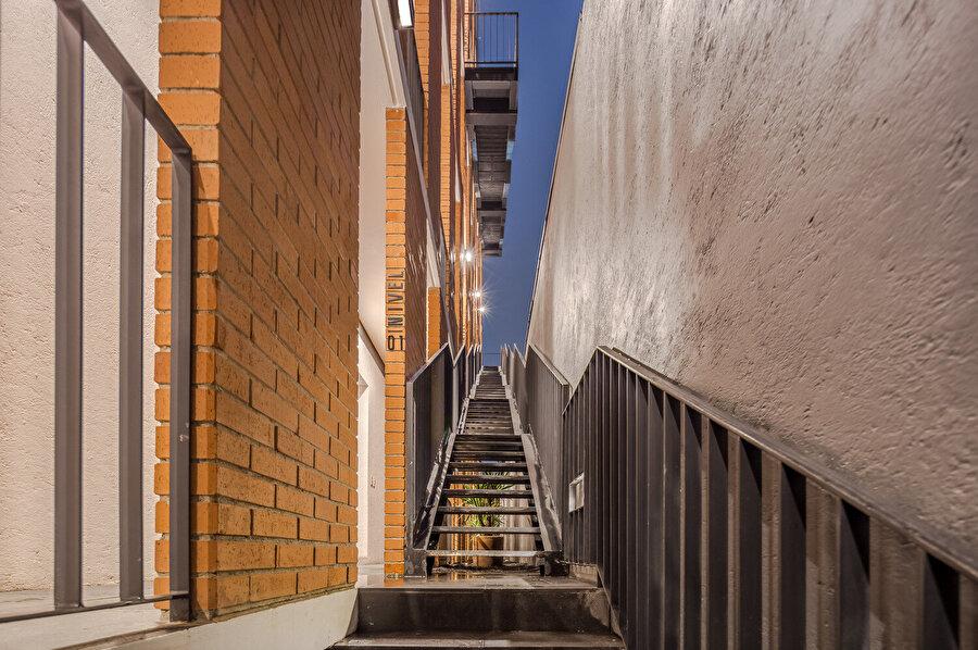 Katlara, cepheye yerleştirilmiş merdivenlerle erişim sağlanıyor.