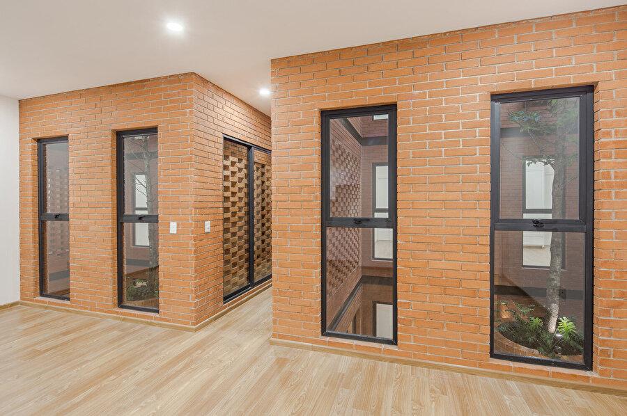 Tuğla duvarlar, içeriden sürgülü pencerelerle kapatılıyor.