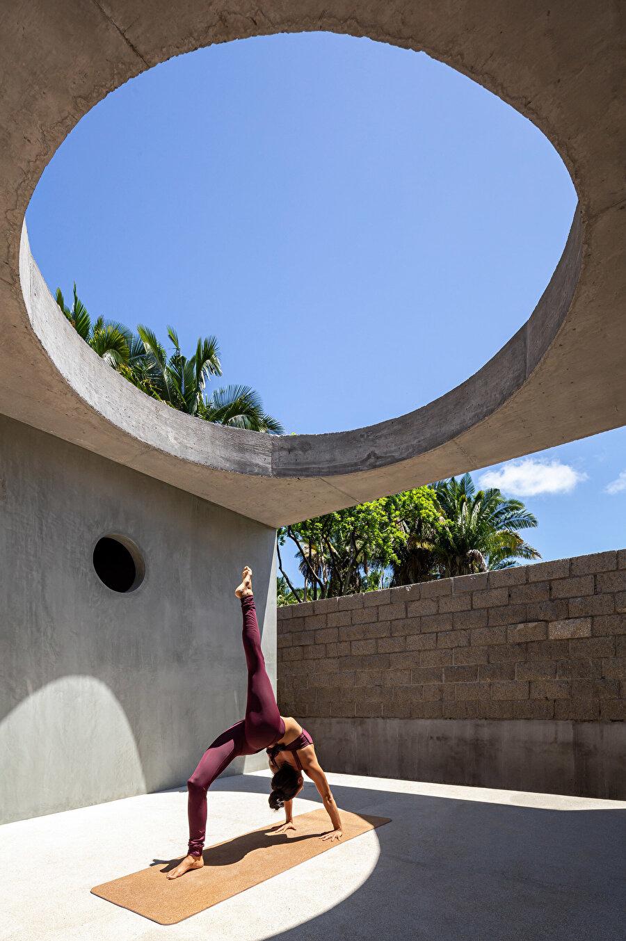 Açıklık, yoga ve meditasyon gibi aktiviteler için aydınlık bir alan oluşturuyor.