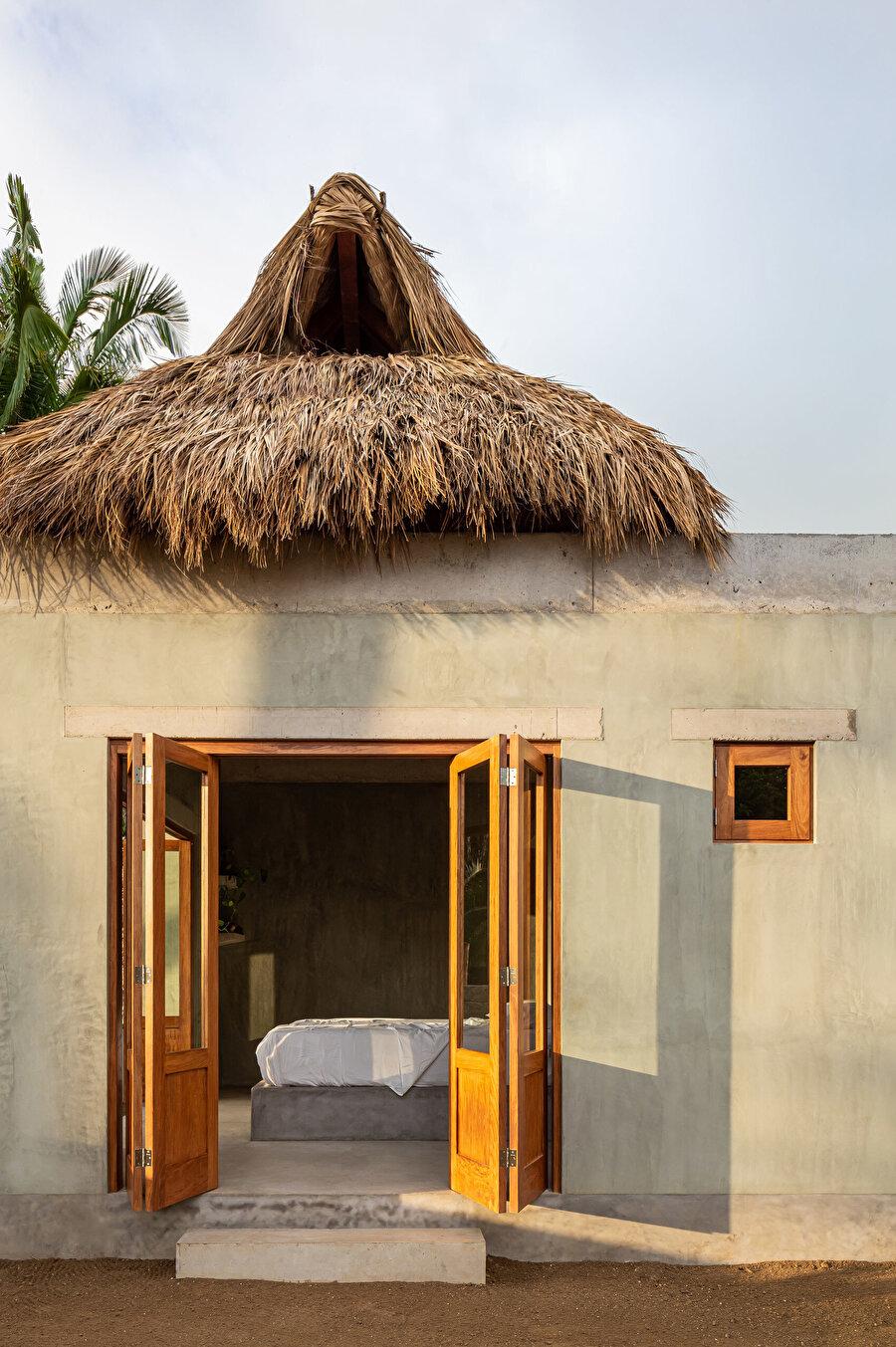 Palapas olarak bilinen sazdan yapılmış çatı, kuru palmiye yapraklarından oluşuyor.