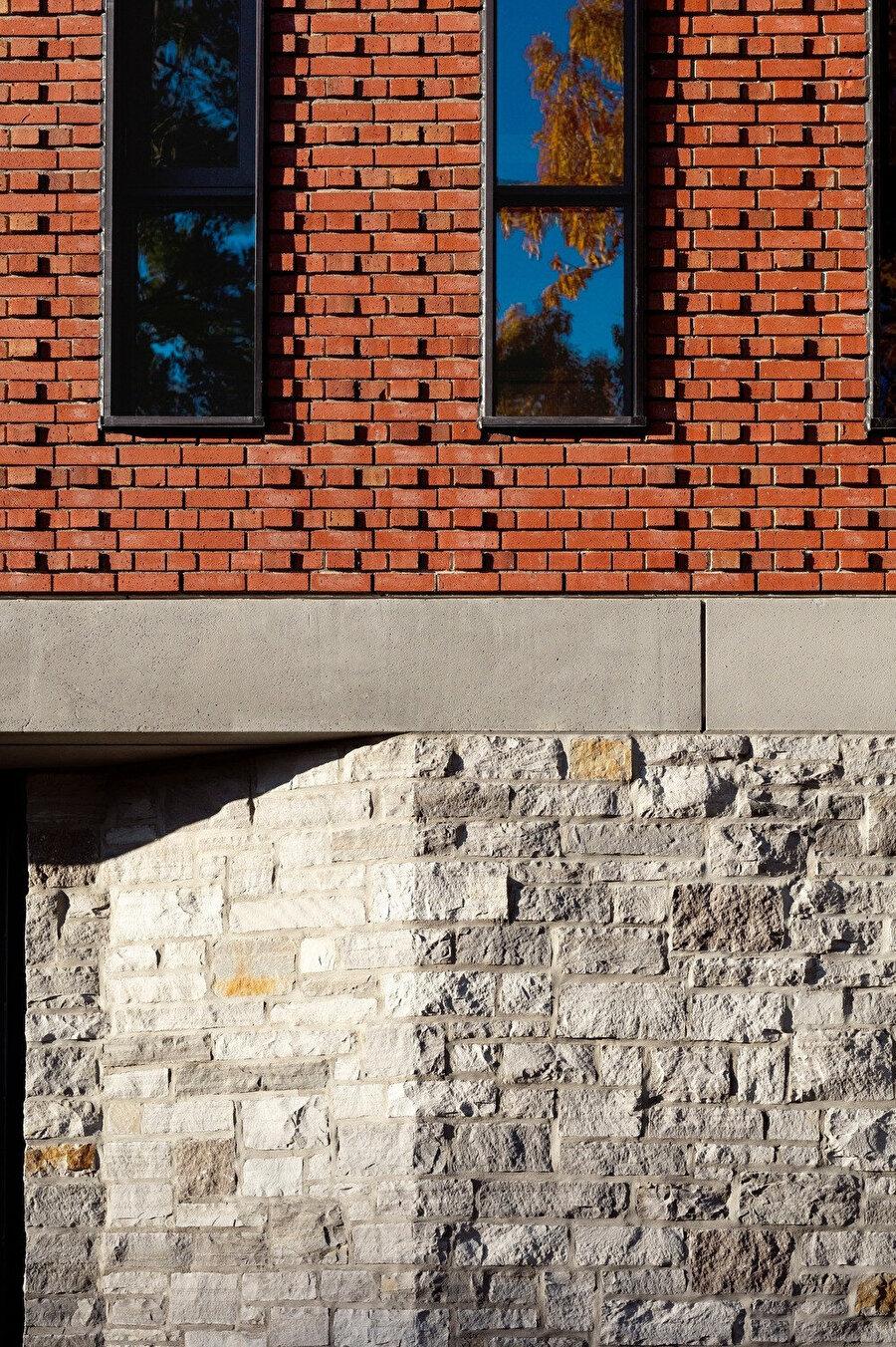 Tasarımın cephesinde tuğla, beton ve taş kullanılıyor.