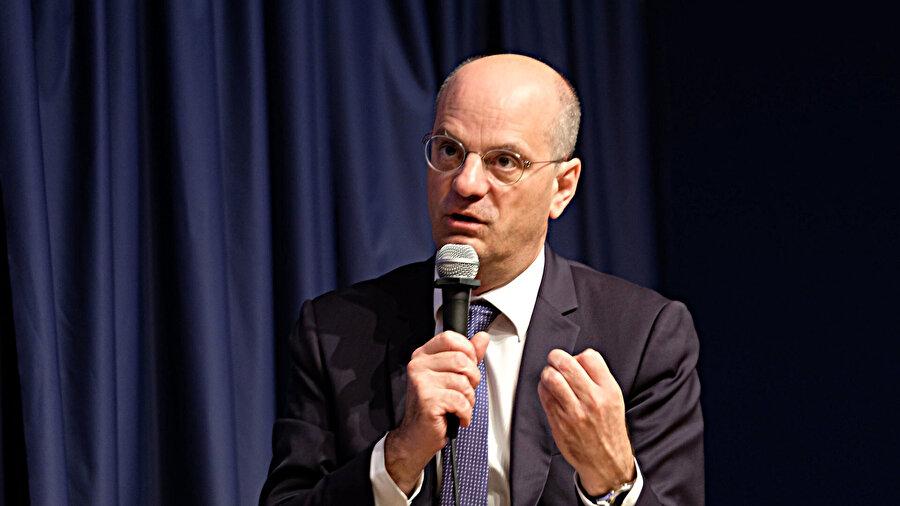 Eğitim Bakanı Jean-Michel Blanquer'in karşı çıkmasına rağmen, teklif sağcı senatörlerin oyuyla kabul edildi.