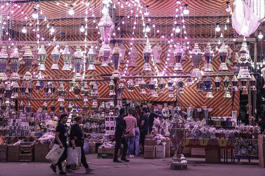 Salgının ekonomiye olumsuz etkileri ve artan fiyatlara rağmen ramazan fenerlerine ilgi yoğun.