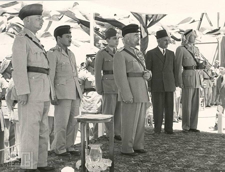 25 Mayıs 1946'da manda yönetiminden ayrılarak bağımsızlığına kavuşan Ürdün. En önde, ortada Kral Abdullah.