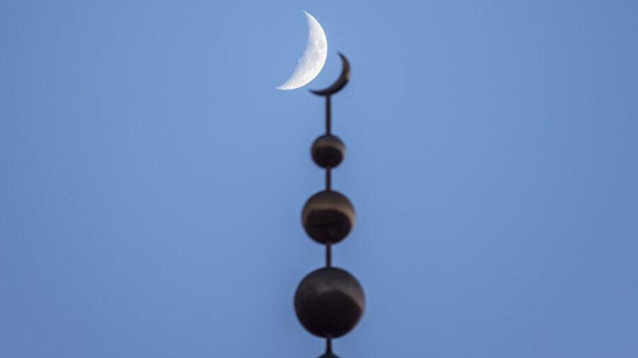 """Hicri takvimde en önemli detay """"Rü'yet-i Hilâl"""" yani Hilâl'i görme meselesidir."""