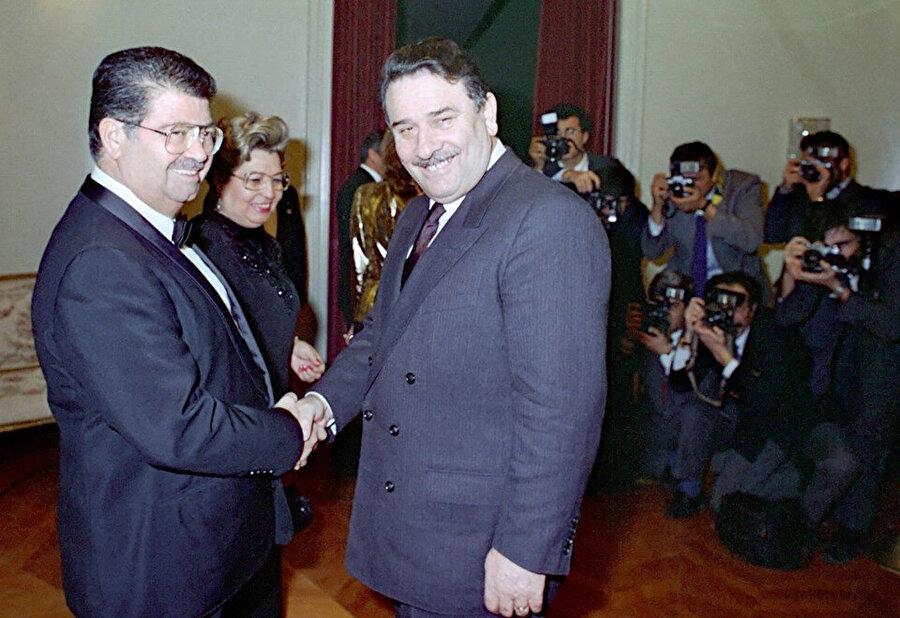8 Ocak 1990'da Cumhurbaşkanı Özal (solda) ve eşi Semra Özal, yeni yıl dolayısıyla resepsiyon verdi. Resepsiyona, Başbakan Akbulut (sağda) katıldı
