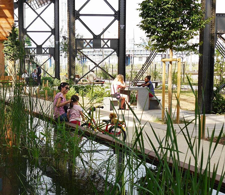 Kapalı ve açık bahçelerden oluşan alan, arazide bulunan post-endüstriyel yapıyla uyum içerisinde tasarlanıyor.