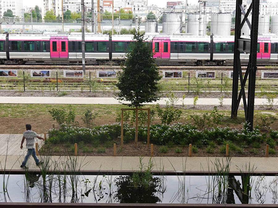 Yeşil alanların demiryolu raylarının yakınında yer alması, ekibe güvenlik konusunda zorluk çıkarsa da alan içerisinde tampon bölgeler oluşturularak bu sorun çözülüyor.