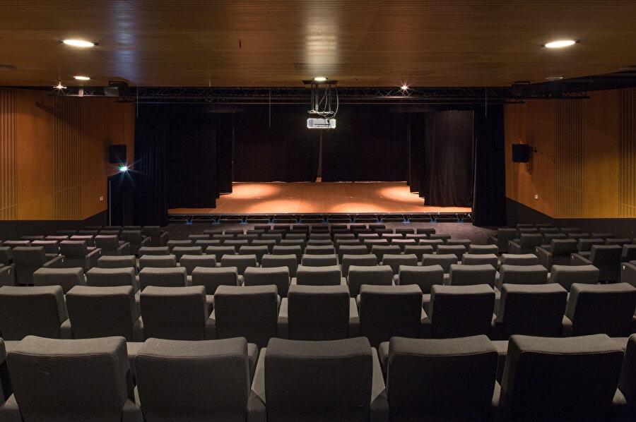 Konferans salonu.