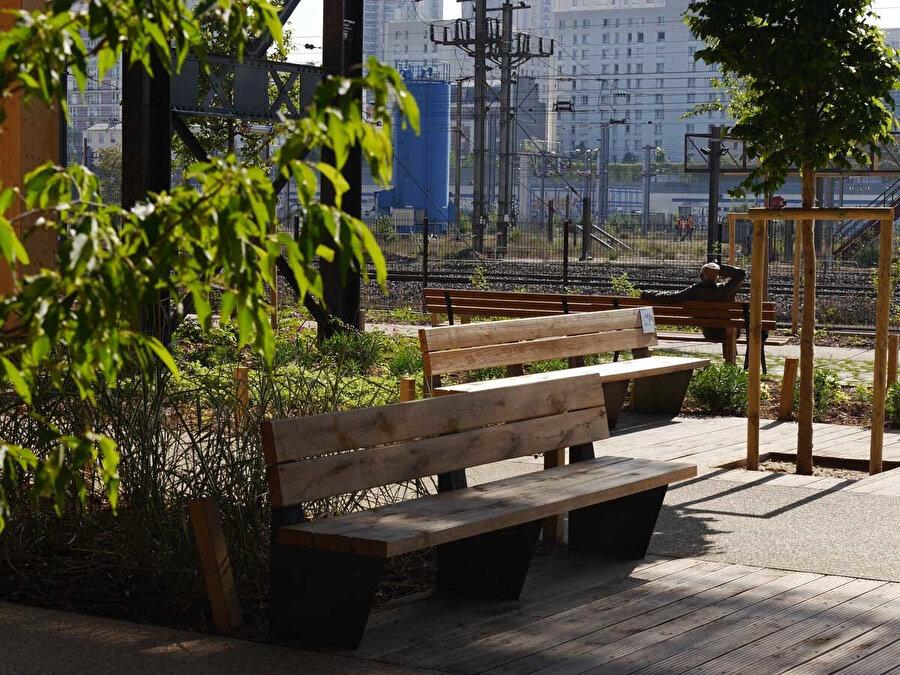 Peyzaj tasarımı kent mobilyalarıyla destekleniyor.