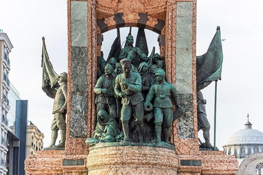 İtalyan heykeltıraş Pietro Canonica'ya yaptırılan, iki genç Türk; Hadi Bey ve Sabiha Hanım'in yardımlarıyla, anıt 1928'de tamamlanmıştır.