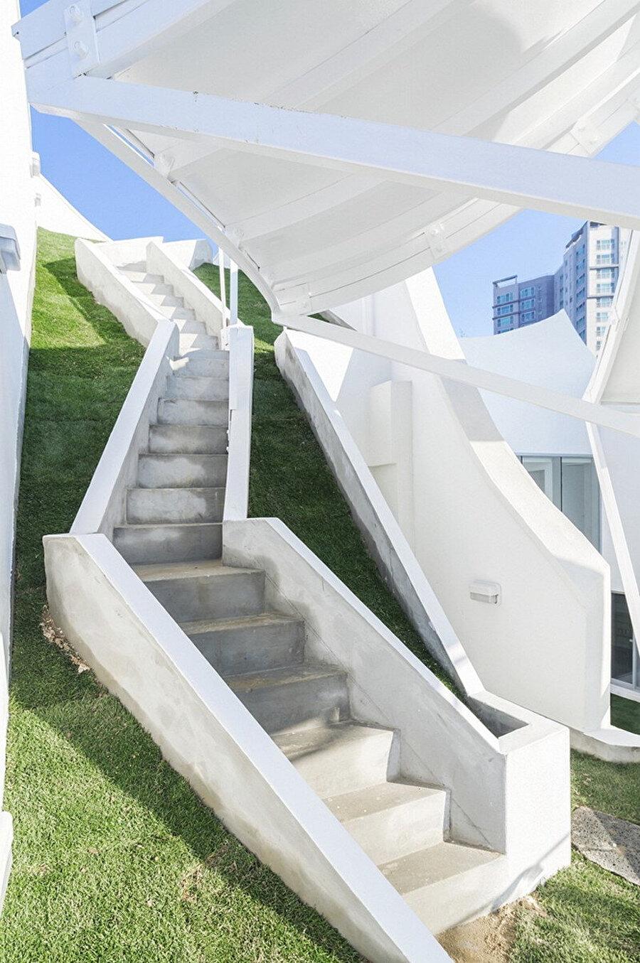 Bahçe kotları arasındaki sirkülasyonu sağlayan merdiven.