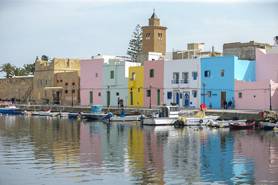 Kadim Binzert Limanı tarihi dokusu ve renkli manzarasıyla turistlerin uğrak yeri haline gelmiş durumda.