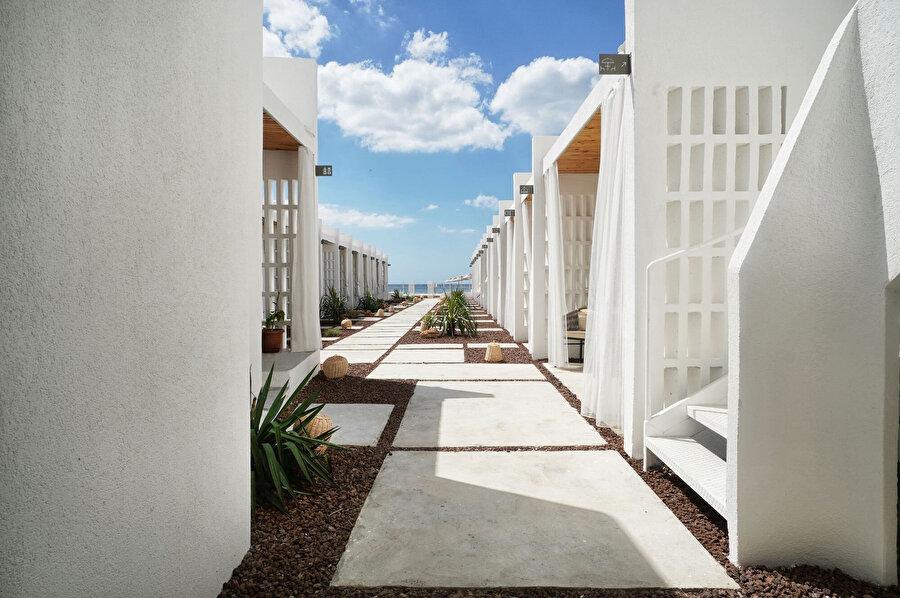 Peyzajdaki sirkülasyon alanları, odalardan diğer odalara ve sahile ulaşım sağlıyor.