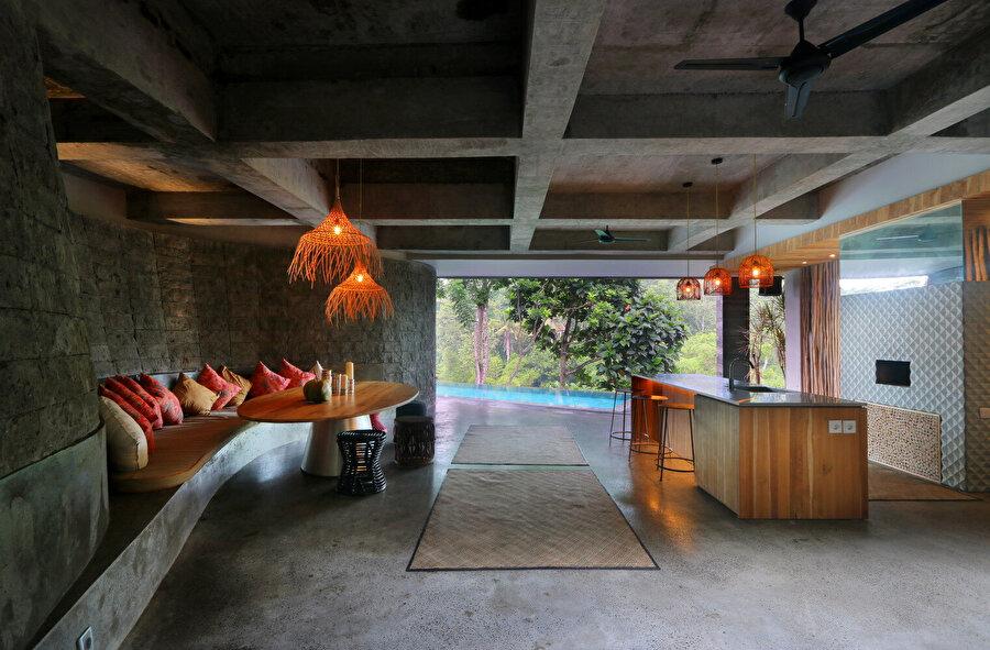 Evde, mağarayı andıran bir salon ve havuza açılan bar alanı bulunuyor. Salonda, betondan yapılmış bir oturma alanı yer alıyor.