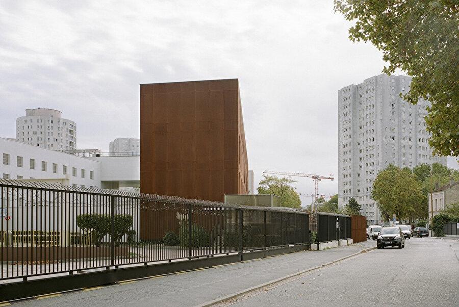 Çoğunlukla hapishane yapıları, şehir merkezinde olsalar dahi, kapalı kütleleri ile kentsel olmayan nesnelere dönüşüyor. Nanterre Hapishanesi ise mahalle ile etkileşime açık olacak şekilde tasarlanıyor.