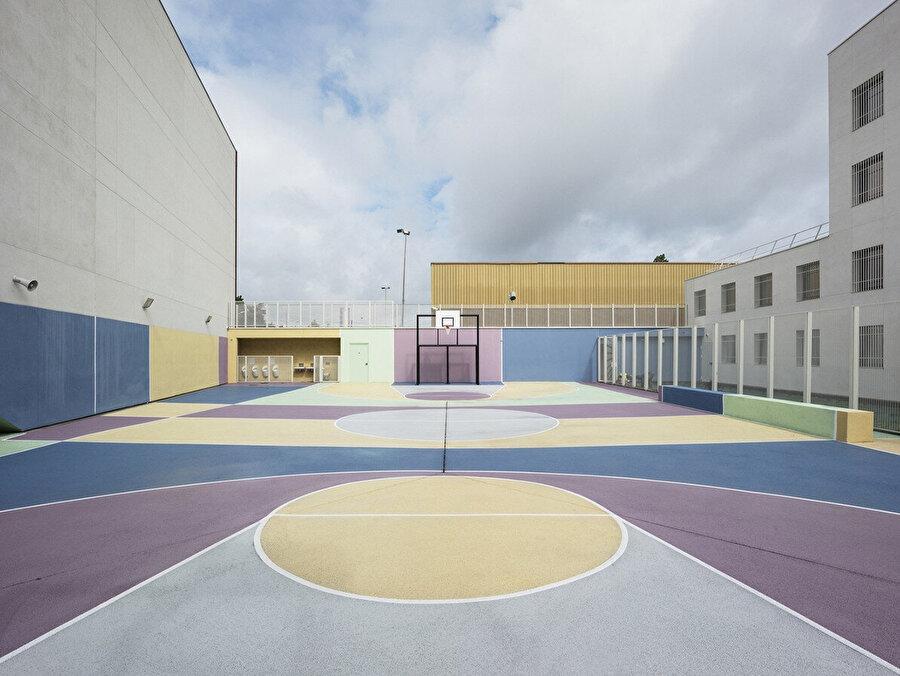 İki binanın ortasında yer alan avludaki işlevler, renk farkı ile belirleniyor.