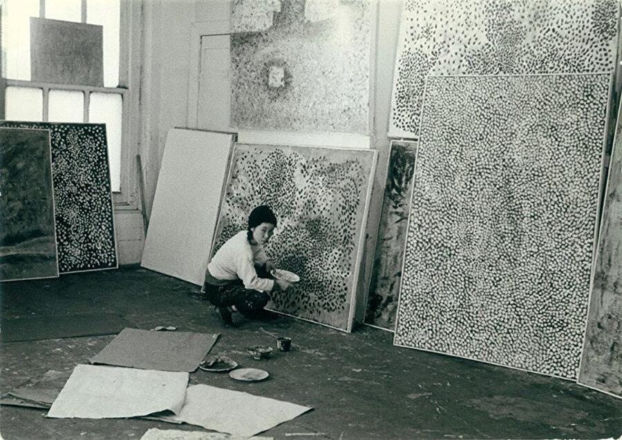Kusama, gittiği her yere boya, kağıt veya tuval götürür. Noktaları, ilk başta tuvalde deneyen sanatçı; daha sonra kullanım alanını genişleterek, farklı disiplinlerde de kullanmayı tercih eder.
