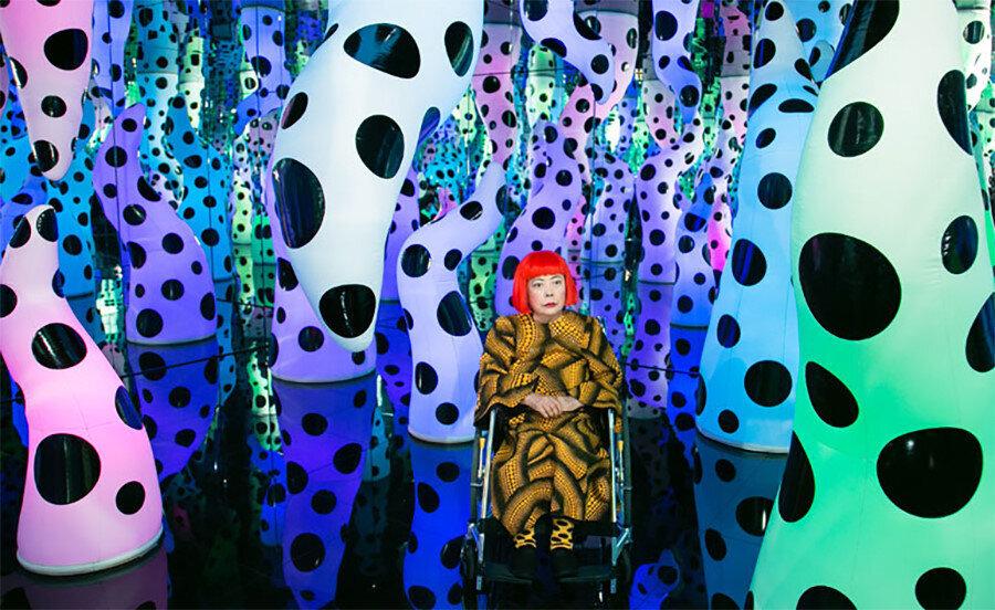 """Yayoi Kusama, 7 Kasım 2013 tarihinde New York'ta David Zwirner Sanat Galerisi'nde """"Cennete Geldim"""" sergisinin basın ön gösteriminde."""