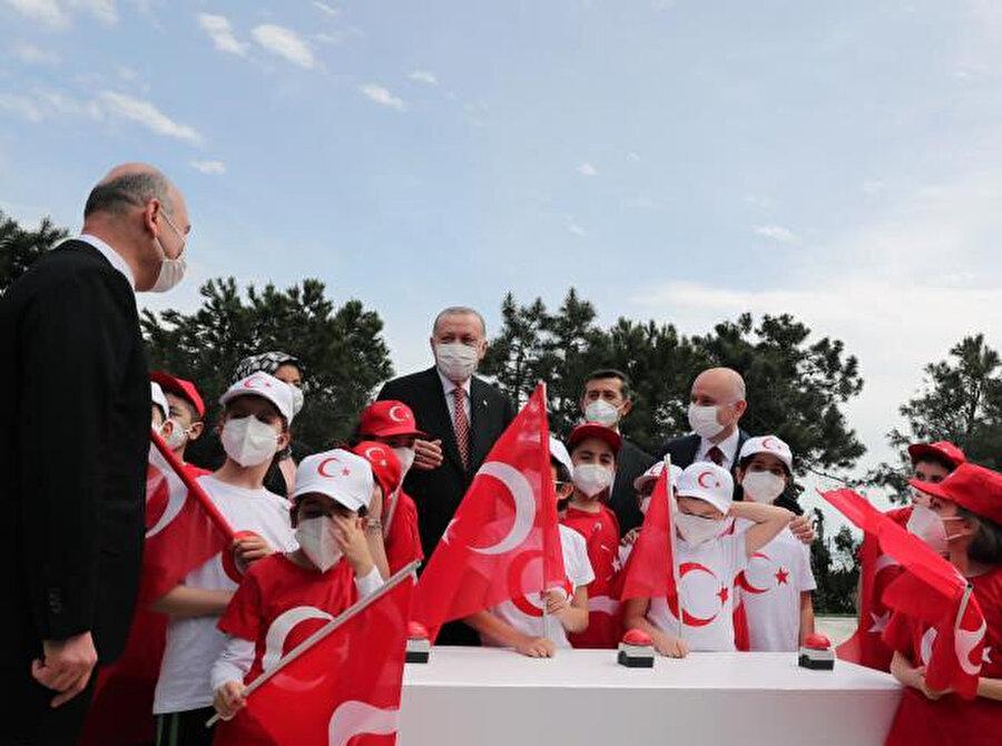 Cumhurbaşkanı Erdoğan çocuklarla bayrağı göndere çekti
