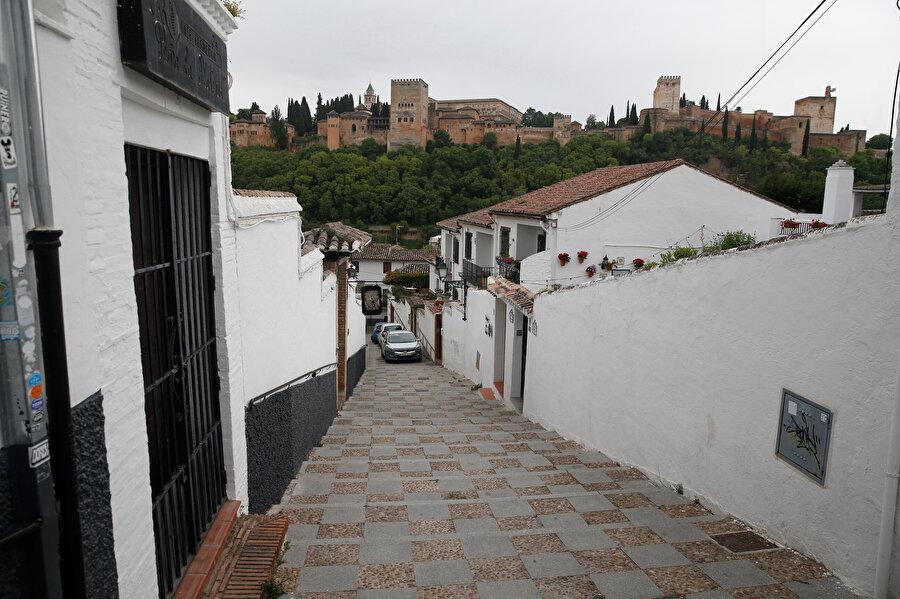 Ulu Cami'den El Hamra Sarayı manzarası.