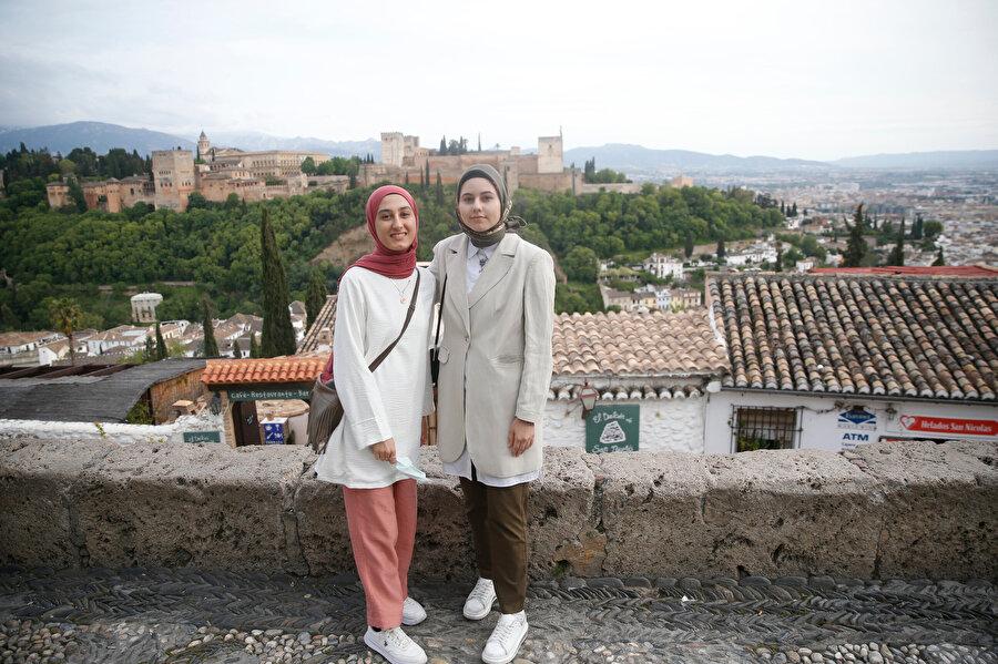 Granada'da Erasmus eğitimi için bulunan Türk öğrenciler.