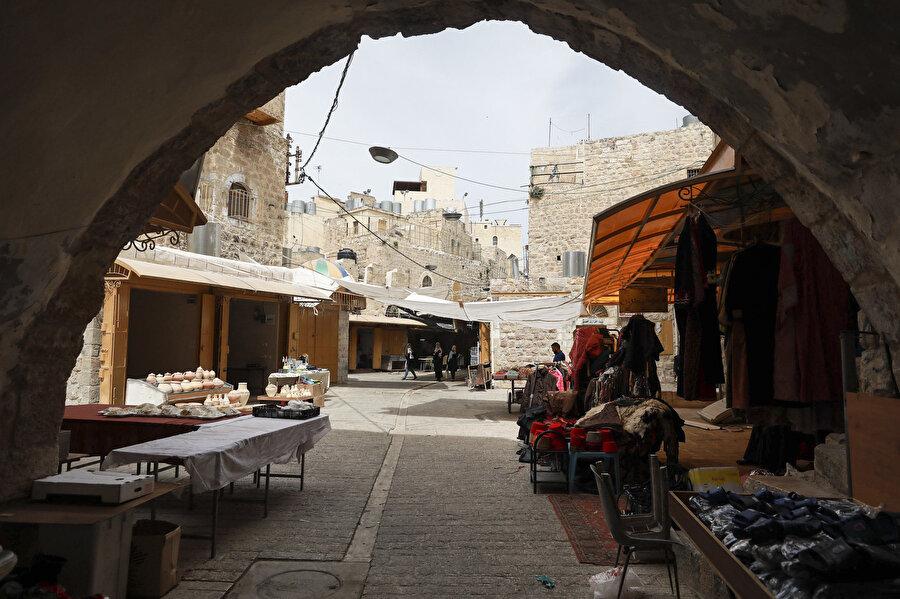 """""""Harem-i İbrahim Katliamı""""ndan sonra İsrail, Filistinlilerin Eski Şehir'e ve Harem-i İbrahim Camisi'ne erişim prosedürlerini sıkılaştırdı."""