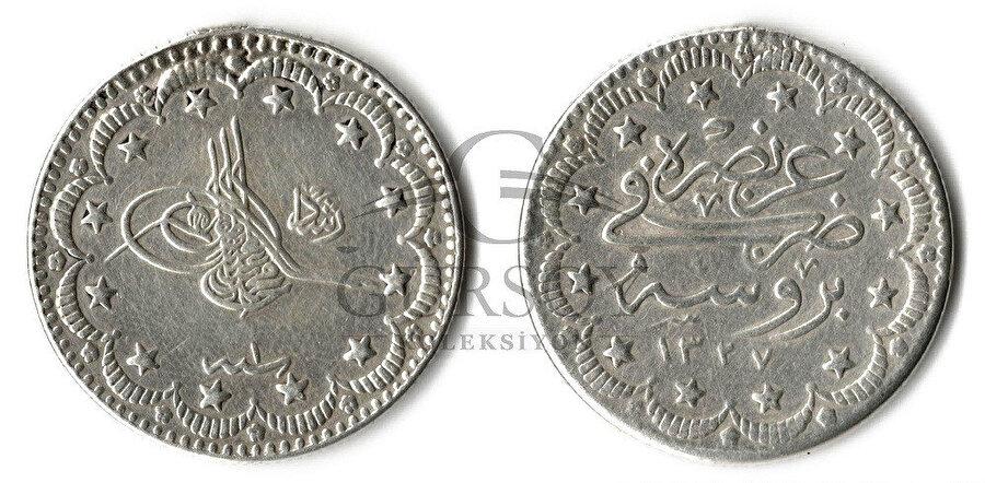 Dönemin gümüş parası üzerinde Sultan V. Mehmed'e ait tuğra.