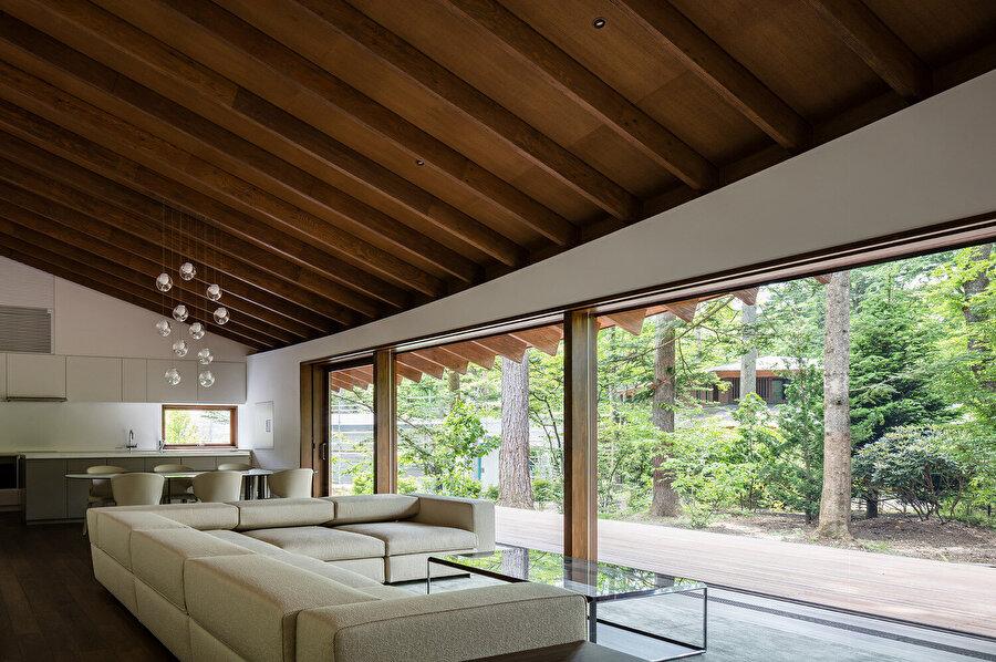Çatılara, mekanı desteklemesi için; eşit aralıklarla mertekler yerleştiriliyor.