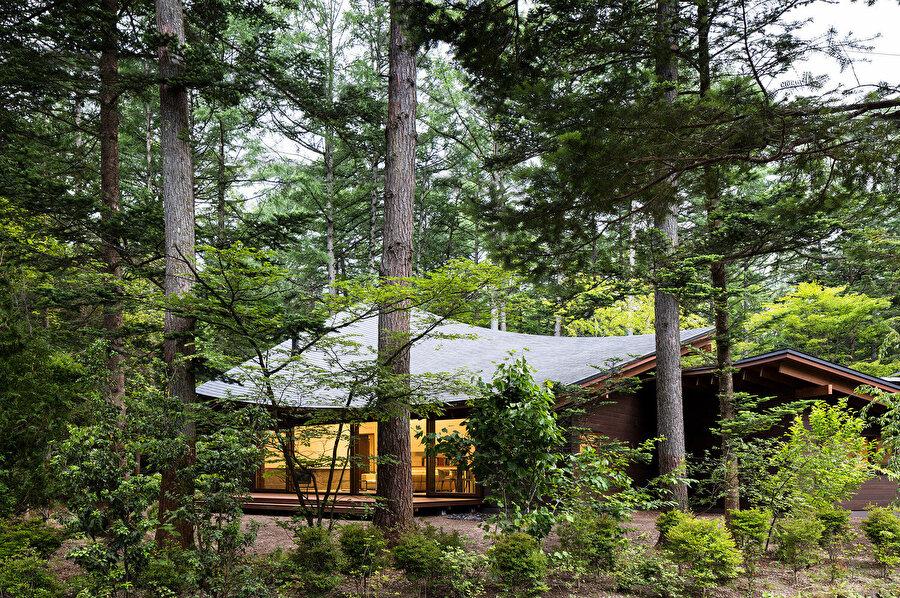 Villa ilgi çekici tasarımıyla, bulunduğu çevreyle bütünleşerek, uyum içerisinde bir görüntü oluşturuyor.