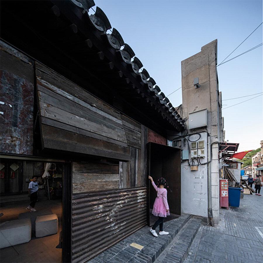 Projenin sokak girişi ve hostel kapısı.