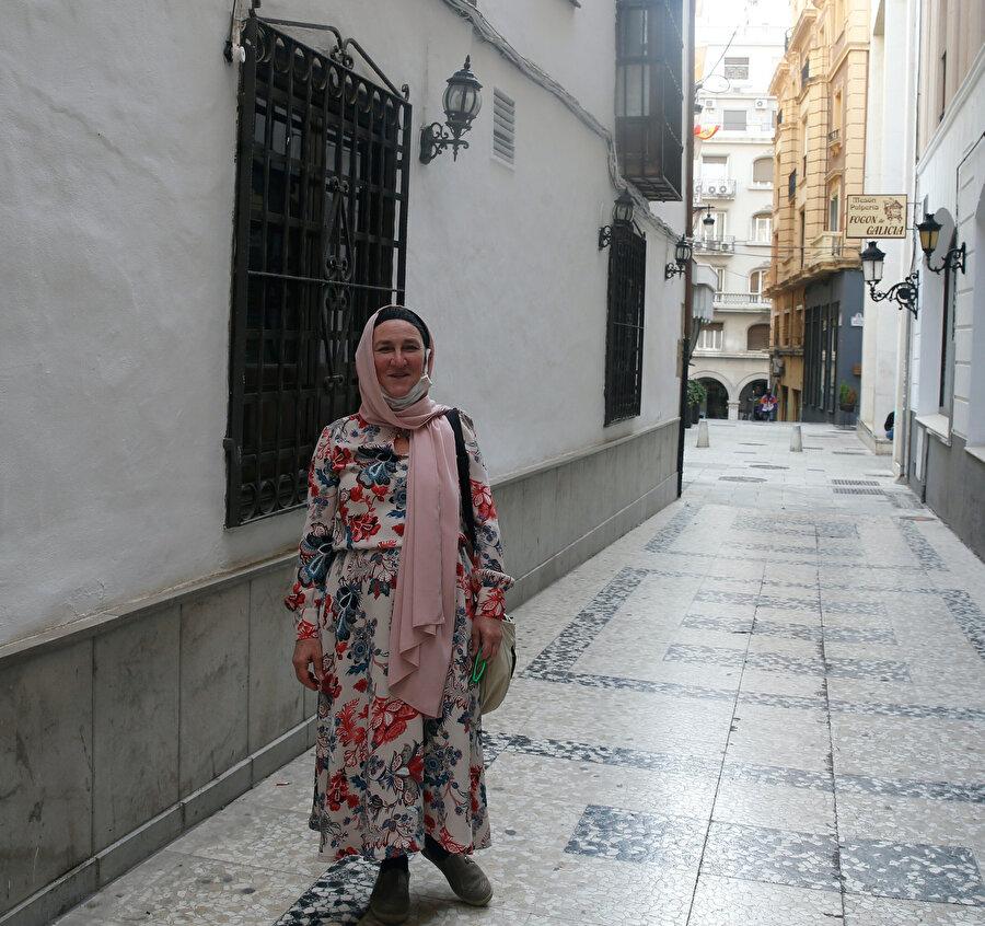 Müslüman olduktan sonra Rosario olan adını Saliha yapan bir başka İspanyol vatandaşı da İslam ile ilgili bazı önyargıları yıkmanın çok zor ve basının yaklaşımının bunda önemli bir etken olduğunu söyledi.