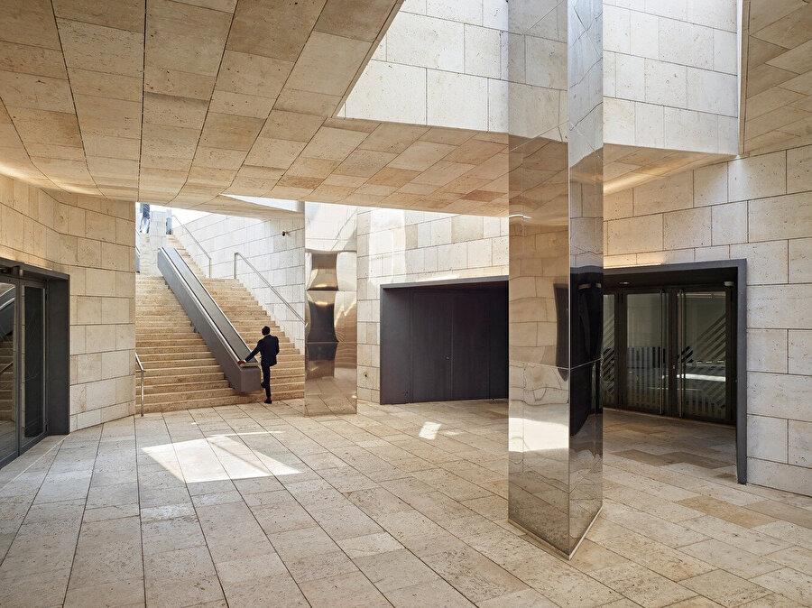 Yeraltındaki müze girişi.