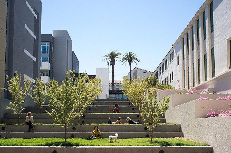 Yapılar arasında yer alan, atıl alan kamuya faydalı bir mekana dönüştürülüyor.