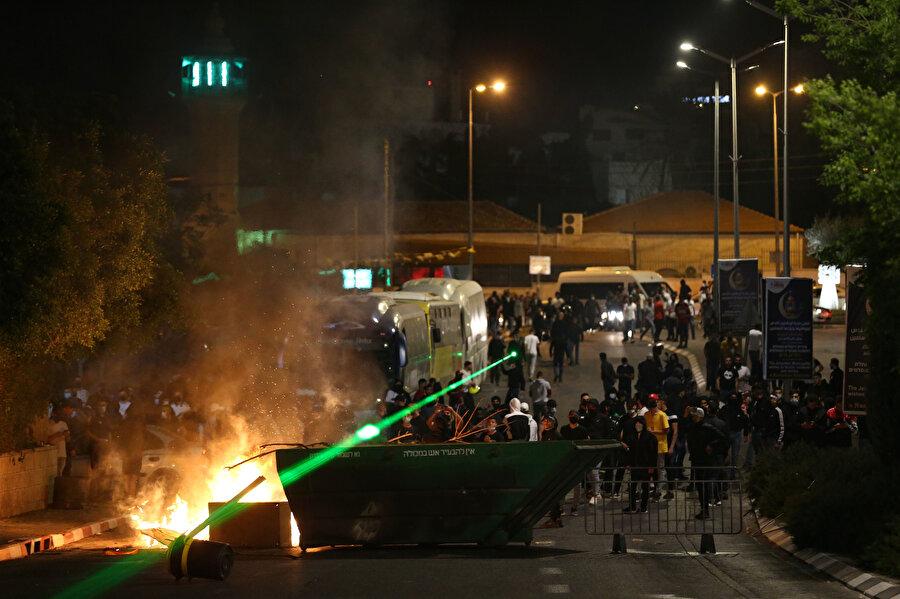 Yahudi yerleşimcilerin Filistinlilere yönelik ihlallerini protesto eden Şeyh Cerrah Mahallesi sakinlerine İsrail polisinin sert müdahalesi.