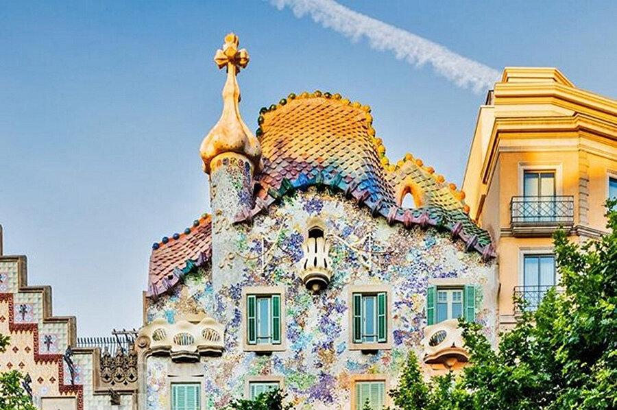 Casa Batllo'nun kemerli çatısı bir ejderhanın sırtını andırıyor.