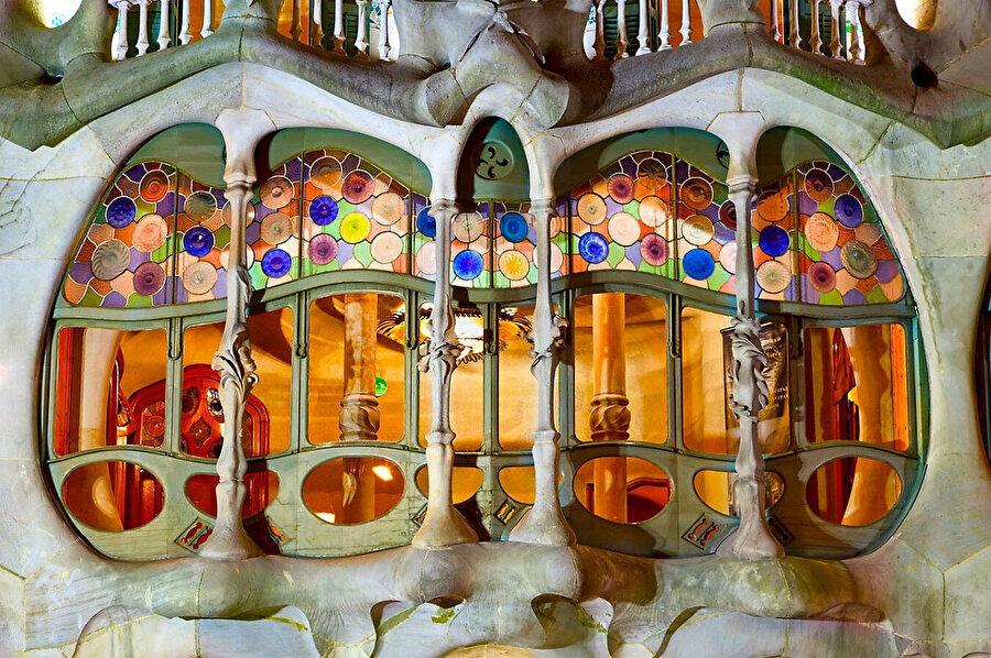 Casa Batllo'nun zemin kat pencereleri birçok materyalin üst üste gelmesinden oluşuyor.