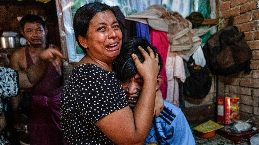 Yakınları protestolar sırasında Myanmar ordusu tarafından vurulan siviller.