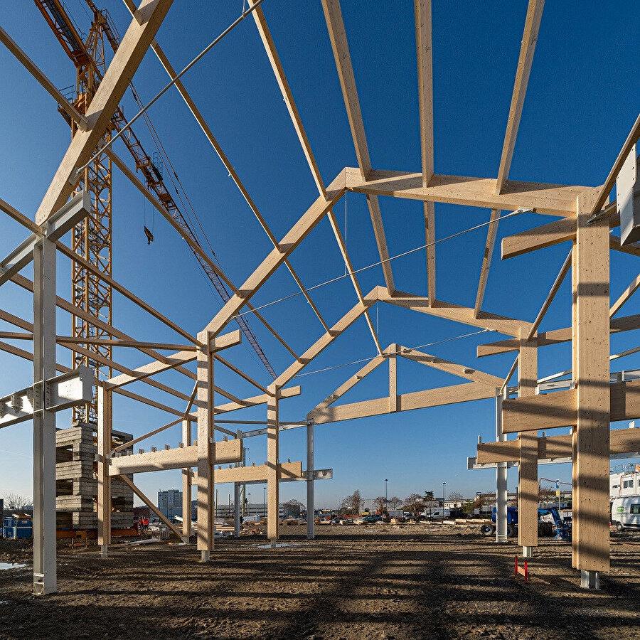 Projenin atölye alanlarındaki yapı iskeletini ahşap-metal oluşturuluyor. Eğitim alanlarında ise tamamen lamine ahşap tercih ediliyor.