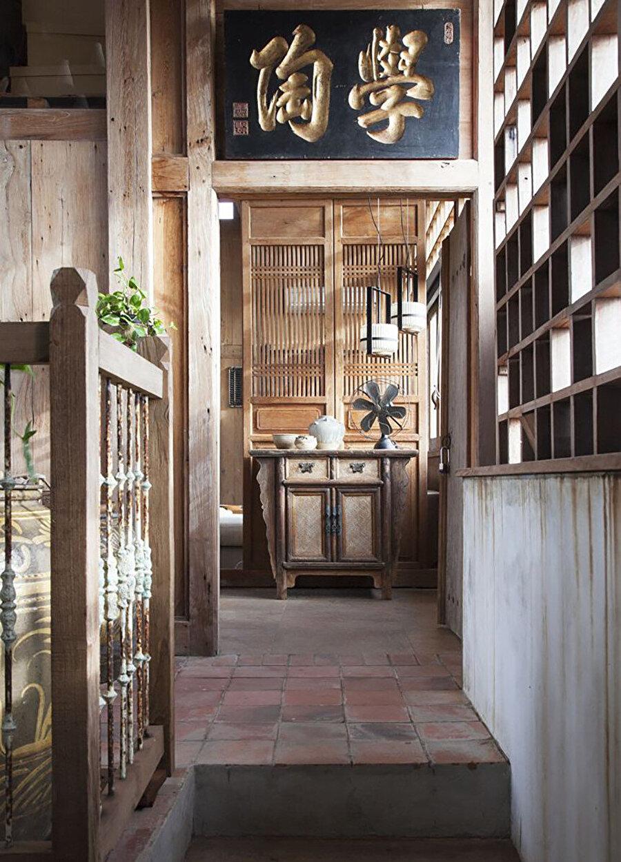 Projede merdiven, duvar ve zemin yüzeylerinde geri dönüştürülmüş kereste kullanılıyor.