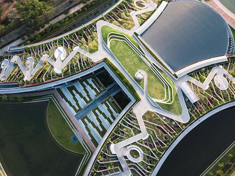 Çatıda, gelecekteki kullanım için 11.718 metreküp su depolayabilen dört adet su tutma havuzu bulunuyor.