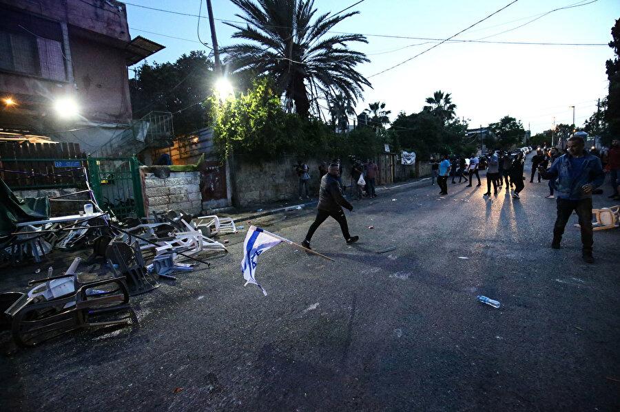 Kavga esnasında dağılan iftar sofraları ve Yahudilere karşılık veren Filistinliler.
