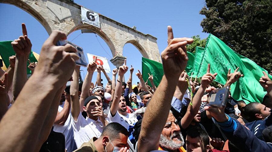 Dün Harem-i Şerif'te kıldıkları Cuma namazı sonrası İsrail saldırılarını protesto eden Müslümanlar.