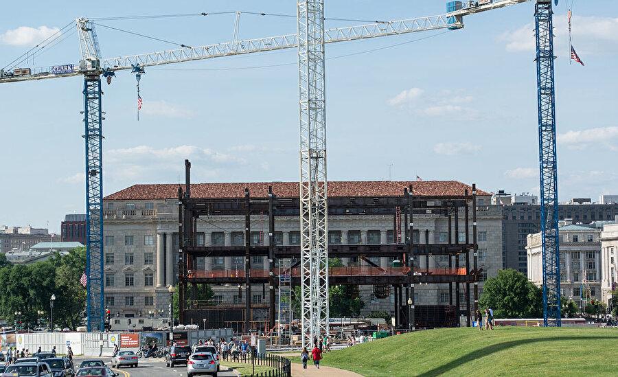 Mayıs 2014'te çekilen bu fotoğrafta, yapının çelik strüktürünün ilk üç katı tamamlanmış olup kalan katların inşaatı devam ediyor.