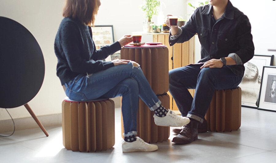 Bookniture, ayakta çalışma masası veya komodin olarak kullanılabiliyor.