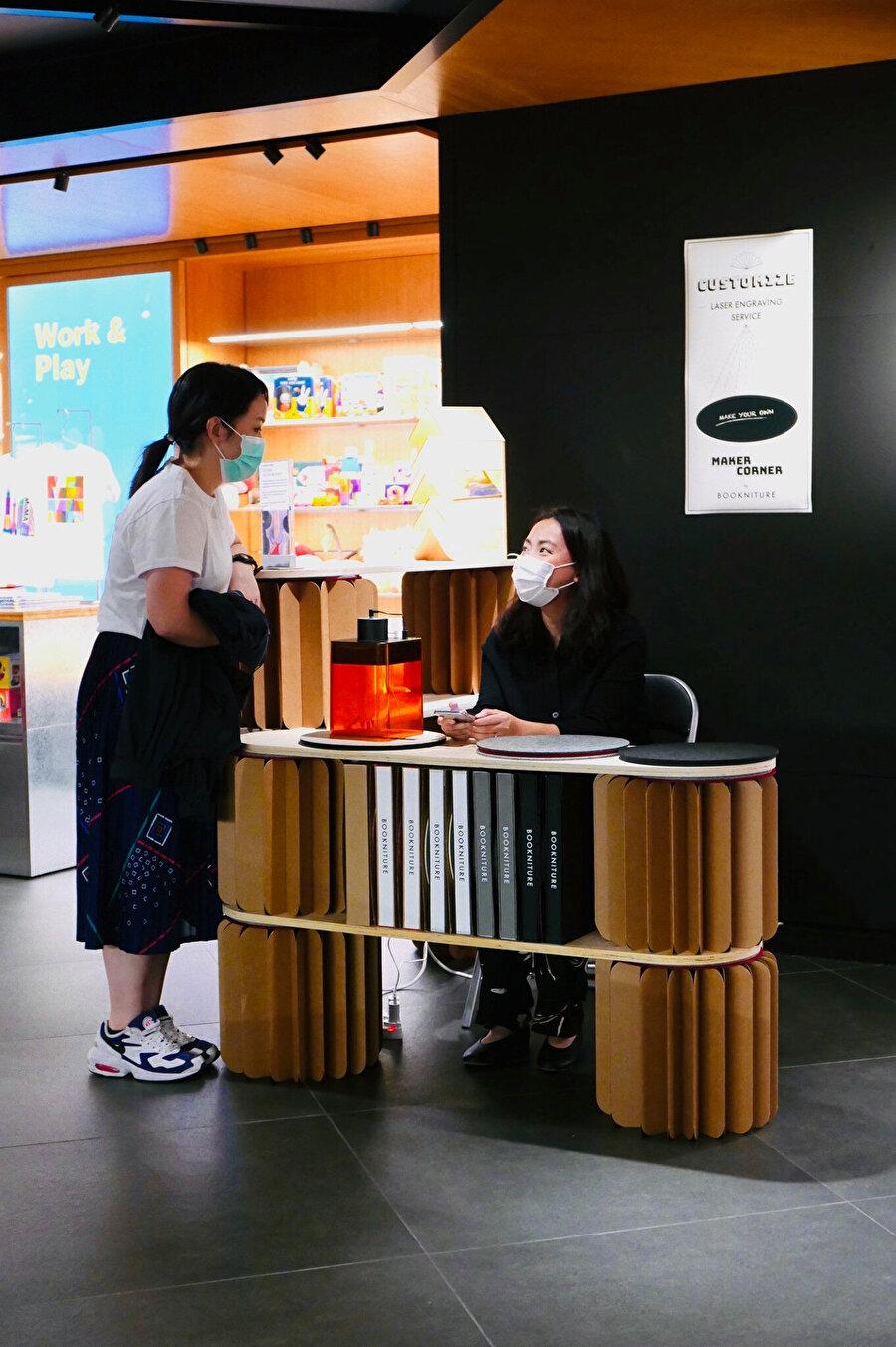 Bookniture kahve, gri, yeşil, siyah ve selvage olmak üzere beş farklı renkte üretiliyor.