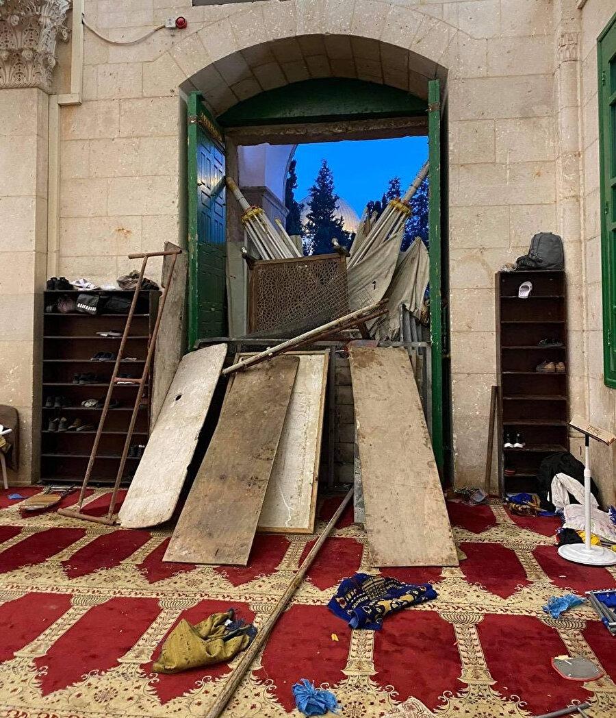 Yahudilerin girişini engellemek için Filistinliler tarafından mescidin kapısında filistinliler tarafından oluşturulan barikat.
