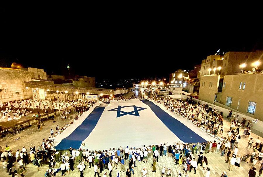 Sabahın ilk saatleri itibariyle Mescid-i Aksa'ya girmeye hazırlanan Yahudi gruplar.